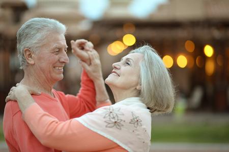 tercera edad: Senior pareja descansando en el complejo durante las vacaciones en la pista de baile