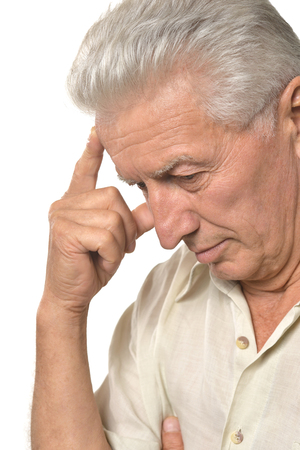 personas tristes: Retrato de un hombre mayor triste en un fondo blanco