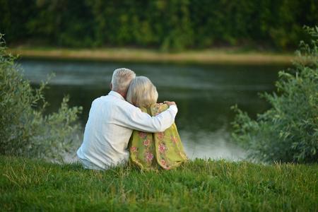 호수 근처 여름에 행복 한 고위 커플