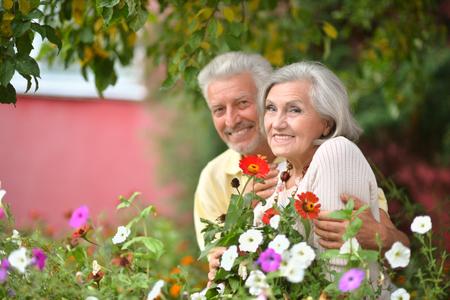 vejez feliz: Retrato de una pareja madura amorosa en el parque de verano