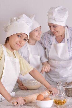 p�trir: Older woman and her grandchildren knead the dough together