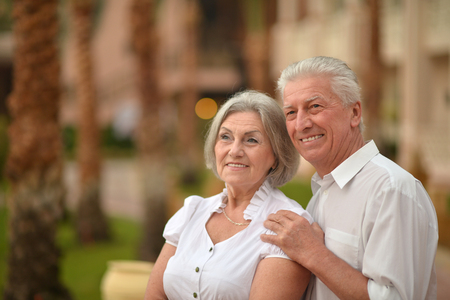 aire puro: Feliz pareja madura en el amor disfrutar de aire fresco y vistas impresionantes de vacaciones