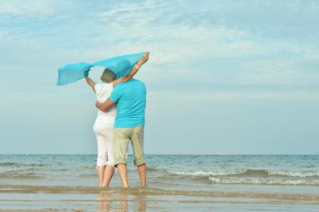 aire puro: Feliz pareja madura disfrutar de aire fresco en la playa