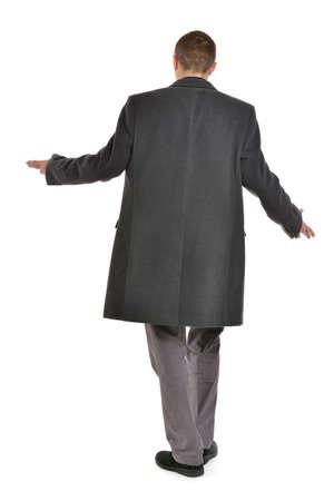 vómito: Hombre en la capa levantó las manos, de cuerpo entero, la vista atrás sobre un fondo blanco