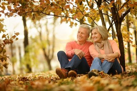 가을에 공원에서 아름다운 백인 노인 몇