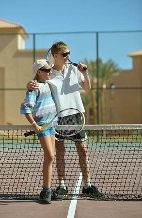 brothers playing: Retrato de un Dos hermanos que juegan al tenis