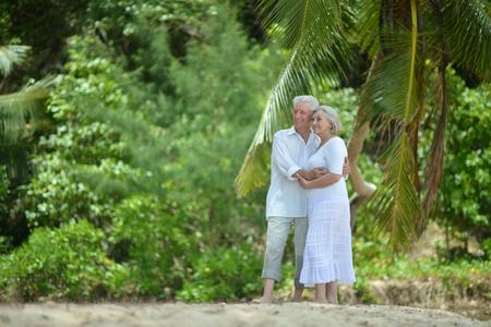 aire puro: Feliz pareja madura disfrutar de aire fresco en vacaciones Foto de archivo