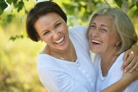 Senior moeder en haar mooie dochter in het park