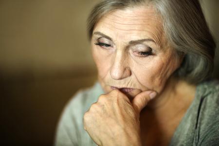 kavkazský: Portrét přemýšlivý smutné starší ženy Reklamní fotografie