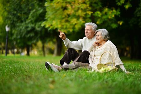 Bella caucasica coppia di anziani nel parco in autunno Archivio Fotografico - 48214485
