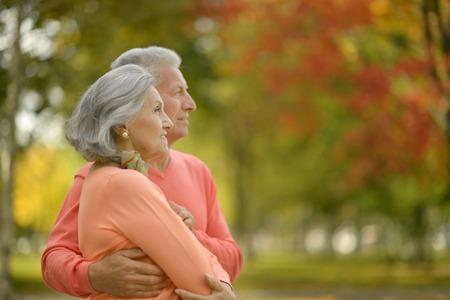 vejez feliz: Cauc�sica hermosa pareja de ancianos en el parque en oto�o