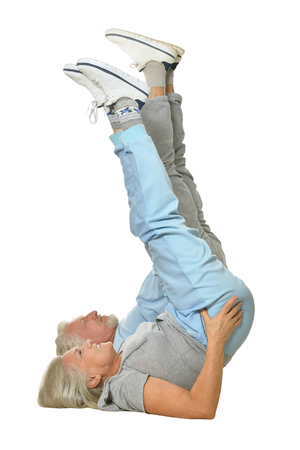 hombre viejo: Retrato de los pares mayores que ejercita en el fondo blanco