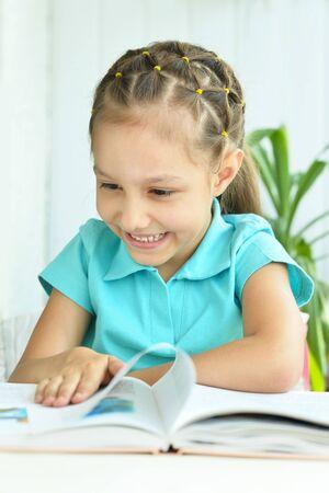 personas leyendo: Retrato de la niña hermosa con el libro