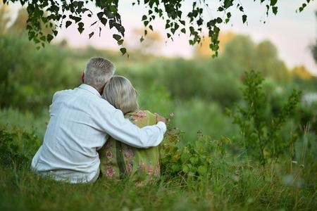 pärchen: Portrait eines glücklichen älteres Ehepaar auf die Natur im Sommer, Rückansicht