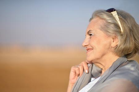 mujeres mayores: Retrato de una mujer mayor en el desierto