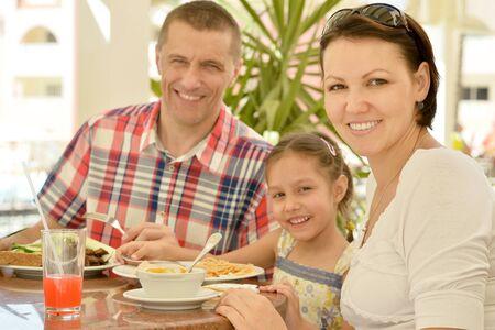 Familia feliz en el desayuno en la mesa