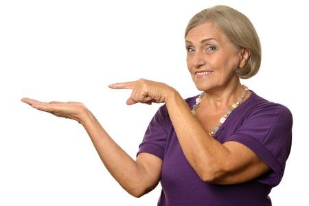 mujeres mayores: Retrato de la mujer que apunta alto por su dedo Foto de archivo