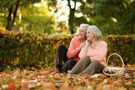 가을 공원에서 아름 다운 백인 노인 부부