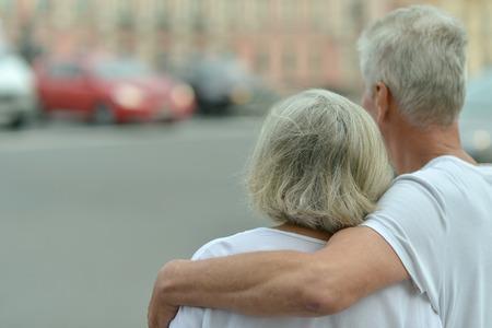 personas abrazadas: Retrato de una linda pareja madura en la ciudad Foto de archivo