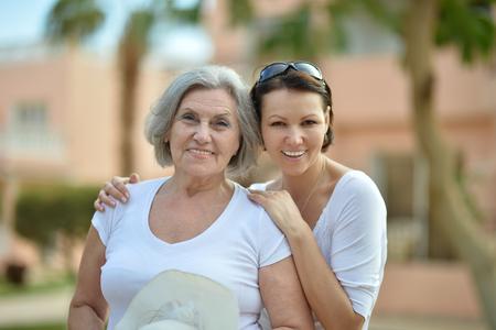 mother with daughter: Madre y su bonita hija en el centro turístico tropical