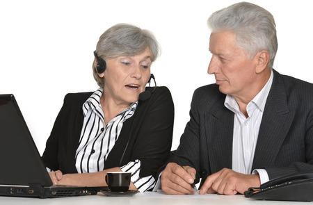 gente trabajando: retrato de las personas mayores que trabajan sobre un fondo blanco