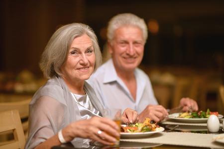 행복한 성숙한 몇 식당에서 저녁 식사를 먹고 스톡 콘텐츠