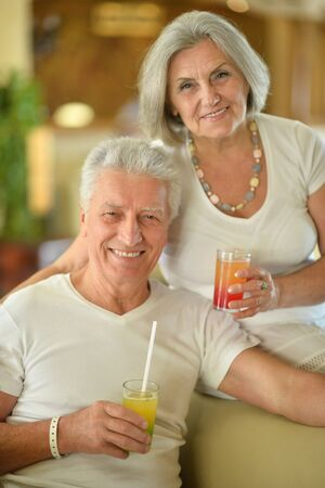 Amusant heureux souriant vieux jus couple boire au café