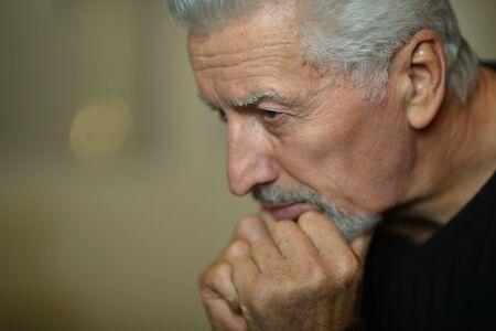 hombre pensando: Retrato de hombre mayor triste en casa