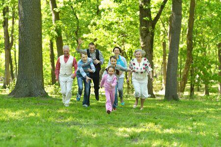 Feliz sonriente dirigido por una familia en un bosque