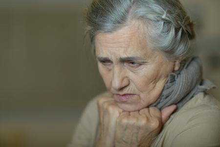 ropa vieja: Retrato de una mujer triste de edad de cerca Foto de archivo