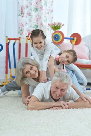 position d amour: grands-parents et petits-filles faire de l'exercice à la maison