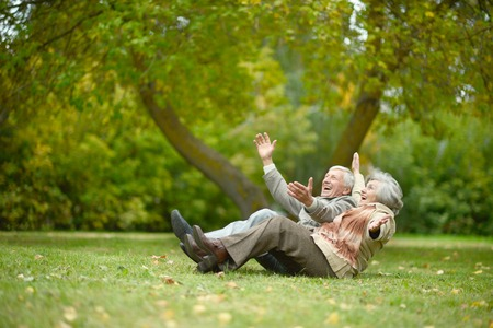 vejez feliz: Caucásica hermosa pareja de ancianos en el parque en otoño