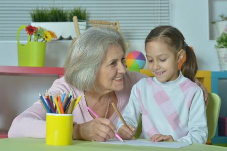 Portrait d'une grand-mère heureuse avec sa petite-fille rapprochement Banque d'images - 54244705