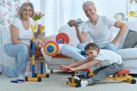 position d amour: grands-parents et petits-filles faire de l'exercice � la maison