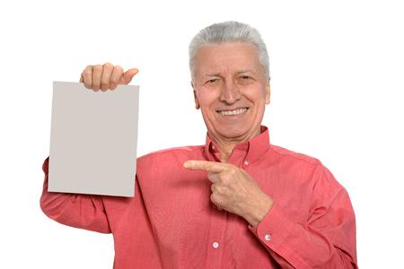 hombres maduros: hombre mayor con la tarjeta publicitaria en blanco o espacio de la copia, aislado en blanco