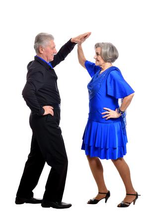 Baile elegante pareja de ancianos en un fondo blanco