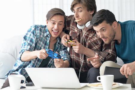 Portret młodych mężczyzn grających w gry komputerowe Zdjęcie Seryjne