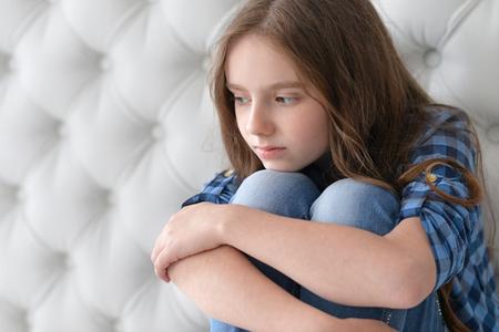 petite fille triste: portrait de petite fille triste à la maison