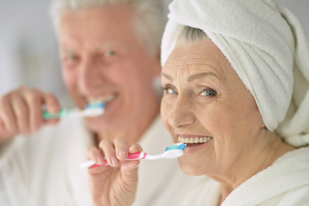 adult care: Senior couple with toobrushes in a bath
