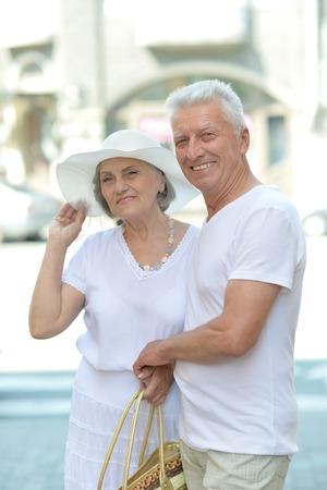 damas antiguas: Retrato de la hermosa pareja de ancianos al aire libre, primer plano