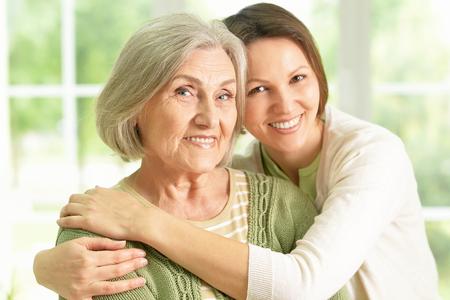 Portret van het Hogere vrouw met dochter thuis Stockfoto