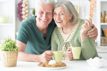 mujer tomando cafe: Retrato de una feliz pareja beber t� de alto nivel