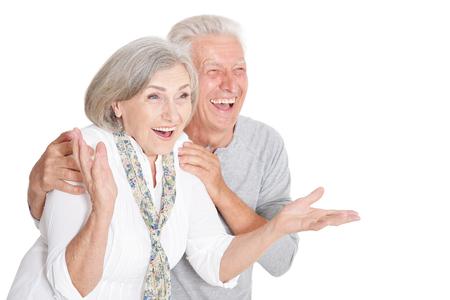 Portrait d'un couple de personnes âgées heureux au fond blanc