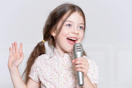portrait de petite fille mignonne dans la belle robe chant