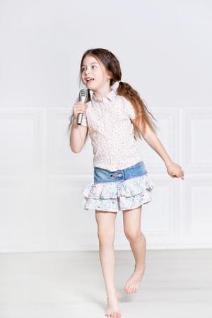 portrait de petite fille mignonne dans la belle robe chant Banque d'images