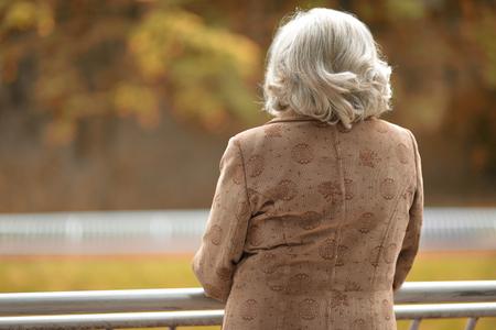 가을 공원에서 중 년 여자의 초상화