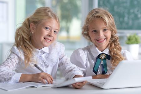 Ritratto di un due bellissime bambine in classe Archivio Fotografico - 66969475