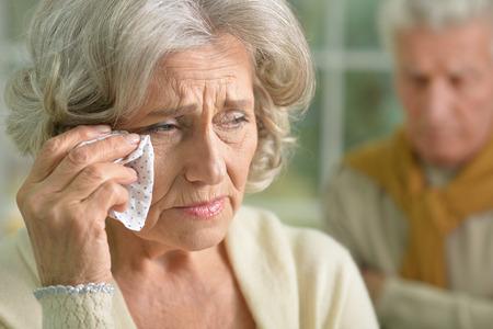 Portrait der traurigen ältere Frau mit Taschentuch