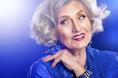 schöne ältere Frau mit professionellen Make-up, close up