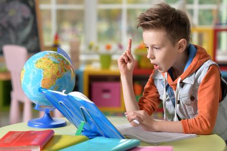 investigando: niño que hace la preparación